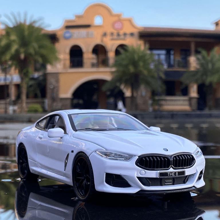 BMW M8 miniature en couleur blanche